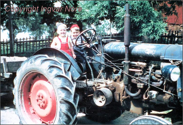 Calle och Ingvar på traktorn